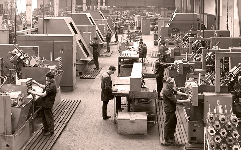 https://www.gknautomotive.com/globalassets/global-images/history/1950-gkn-car-components-factory-floor-1950s-steel-production-min.jpg